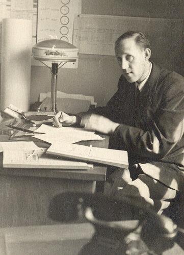 Алексей Григорьевич Конский в своем рабочем кабинете в деканате МГРИ после демобилизации в 1946 году.