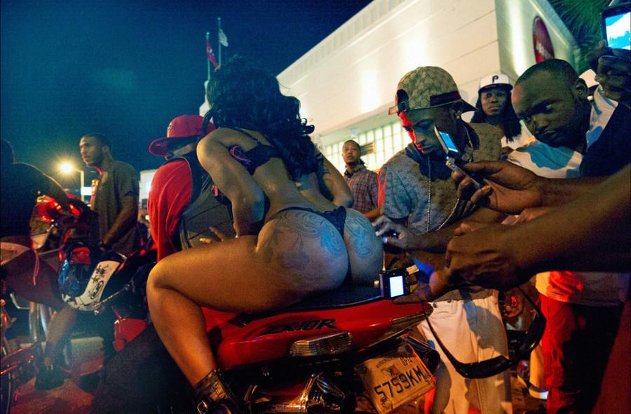 Жизнь стриптизерш и уличная культура американского Юга в проекте «Боги»