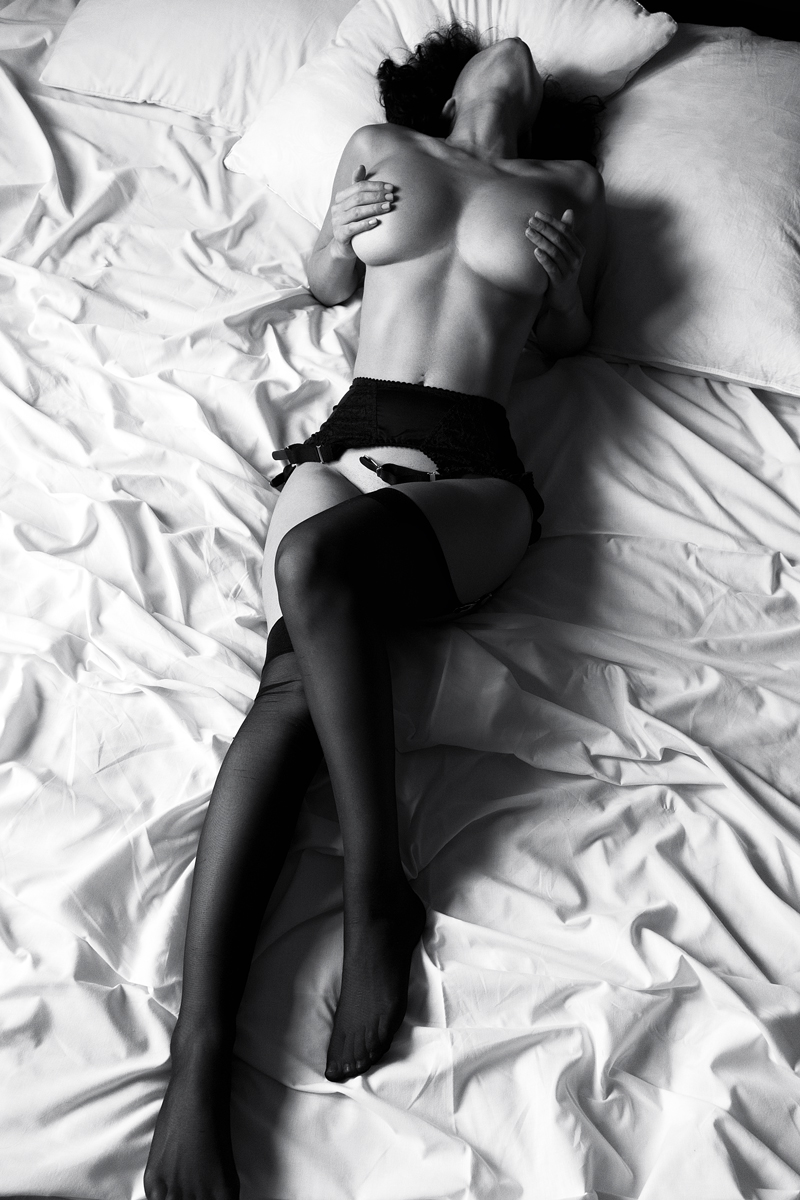 На кровати в черных чулках / фото Замесов Вадим