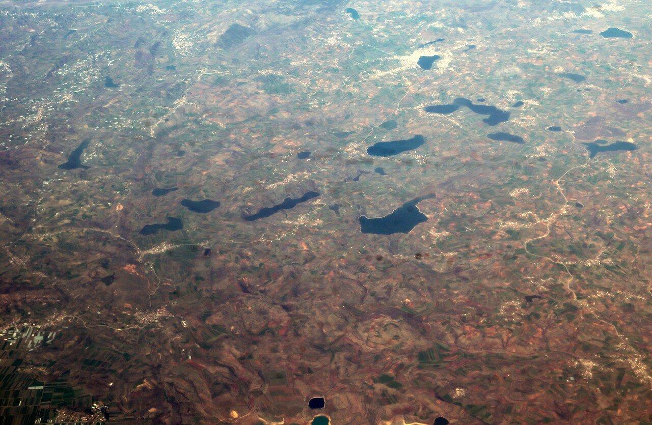 Албания, вид с самолёта. Озера в районе Бельш