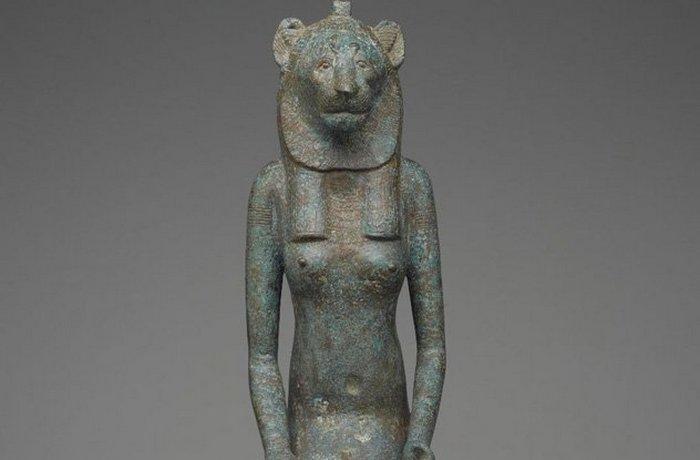В Египте кошка считалась священным животным, и за ее убийство, даже невольное, полагалась смерть. Не