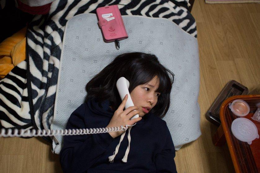 Кьёнг-ок узнает по телефону, что близкая подруга, тоже беженка из Северной Кореи, беременна. В Южной