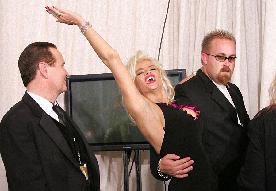 14 ноября 2004 года Анну Николь Смит охрана уводит из зала пресс-конференций на 32-й ежегодной церем