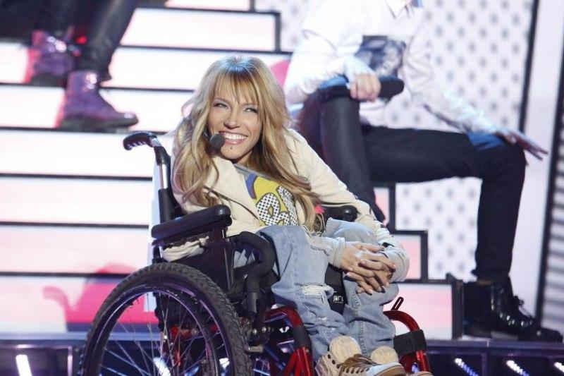 Самойлова с детства увлекалась музыкой и участвовала в песенных конкурсах. С 12 до 15 лет она занима