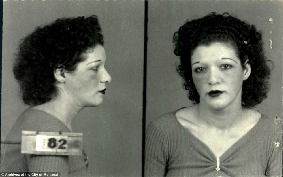 Можно заметить, как эти женщины старались выглядеть модно в то время: сильно выщипанные брови, завит