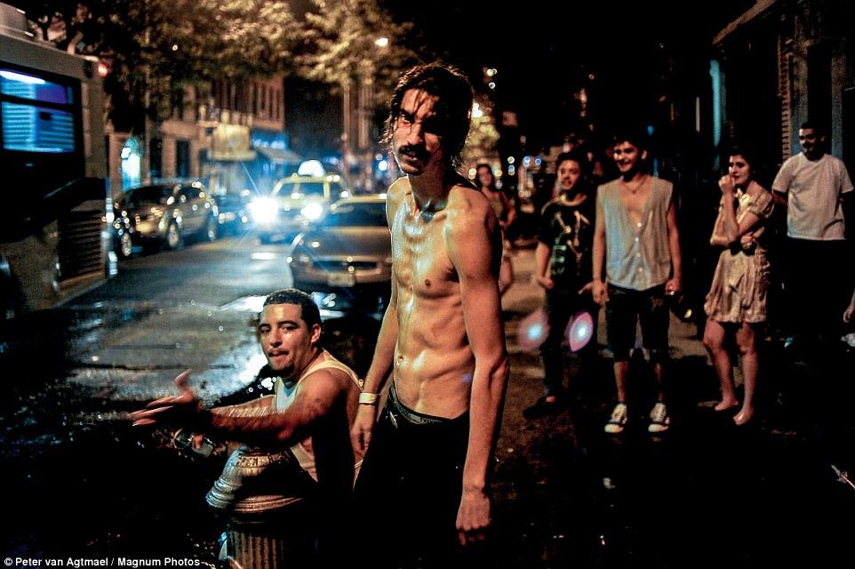 На одной из оживленных улиц Бруклина, Нью-Йорк, 2010 год.