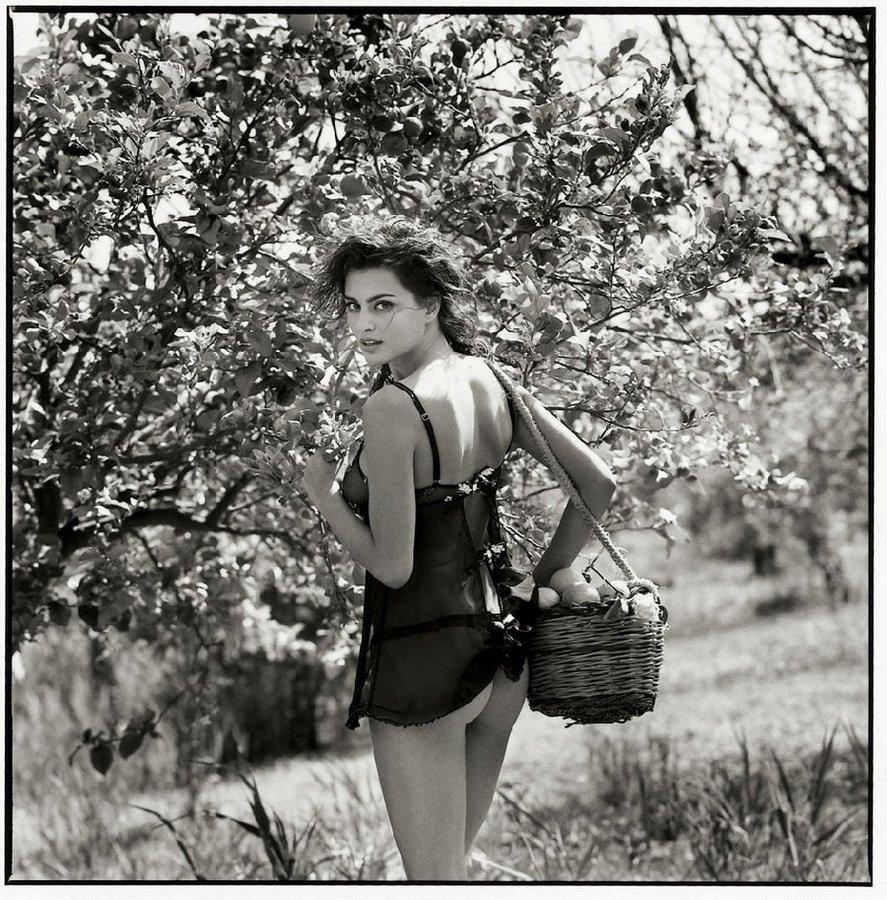 Стильную черно-белую фотосессию «Сицилийское приключение» Мишель снял для журнала BAMBI в 2011 году.