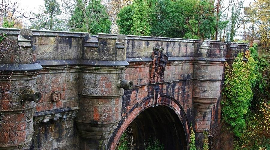 Вряд ли в мире есть другой такой же демонический мост. С него прыгают и разбиваются насмерть собаки.