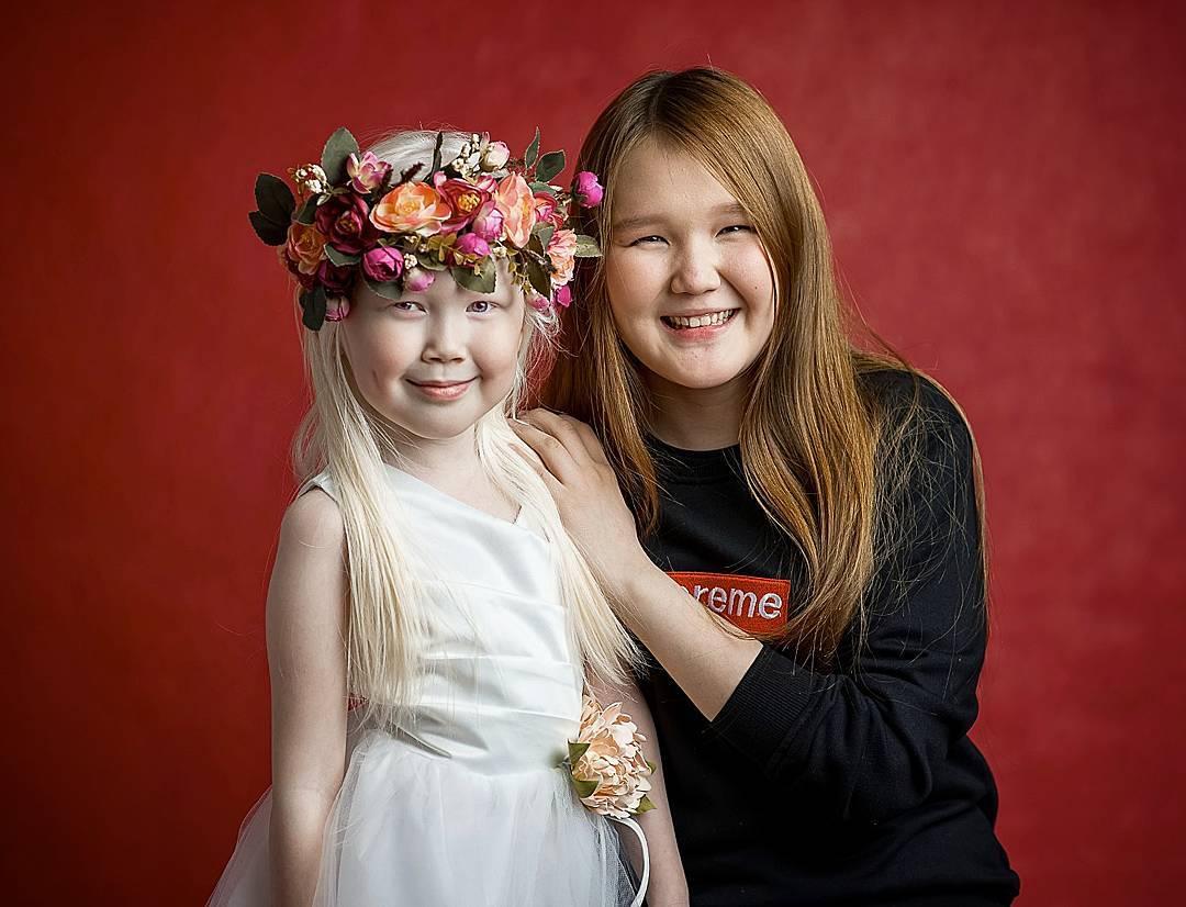 Нарияна с 14-летней сестрой Кариной. Малышка отличается от своих родителей и сестры с братиком, темн