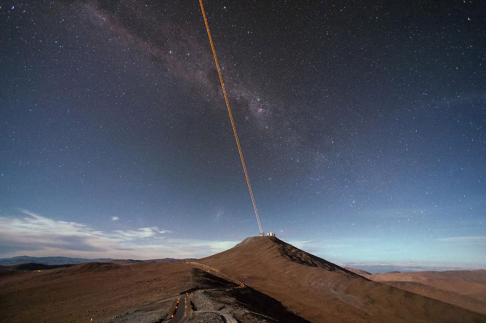 19. Один из 66 телескопов комплекса ALMA, расположенных в чилийской пустыне Атакама. (Фото J. C