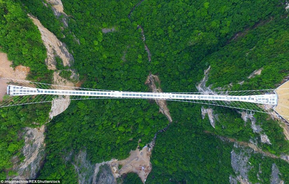 Стеклянный мост на высоте 300 метров над каньоном Чжанцзяцзе в провинции Хунань должен был открыться