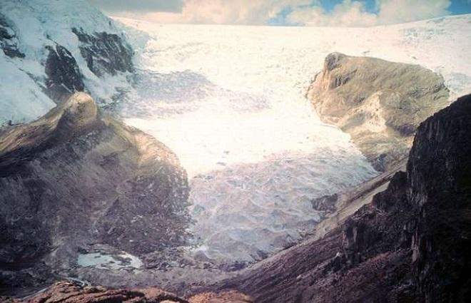 Ледник Кори Калис, Перу — 2002 Всего спустя два десятилетия уменьшение этого ледника становится очев