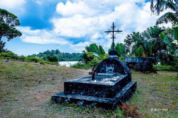 Пиратское прошлое острова до сих пор напоминает о себе. Несколько лет назад археолог Джон де Бри обн