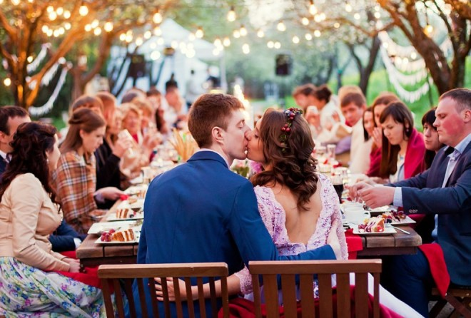 Что вы никогда не должны делать на свадьбе (1 фото)