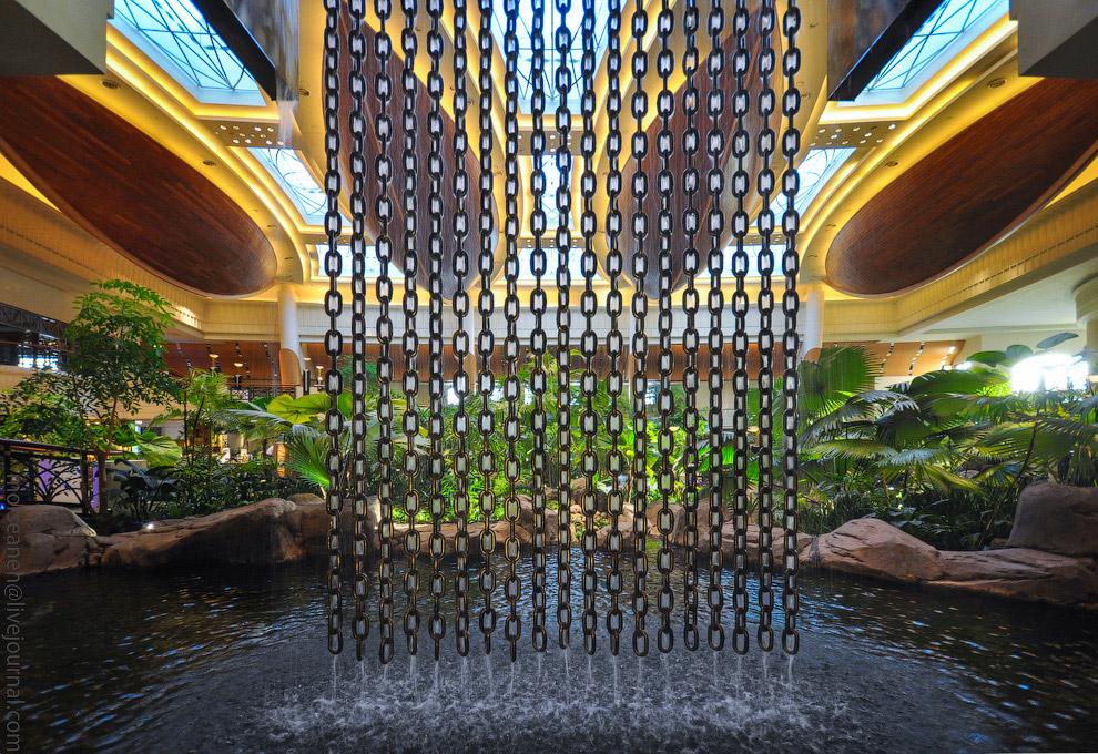 13. Потому что это настоящий дубайский отель! Всё, что ты слышал о Дубае и всё, что привело тебя сюд