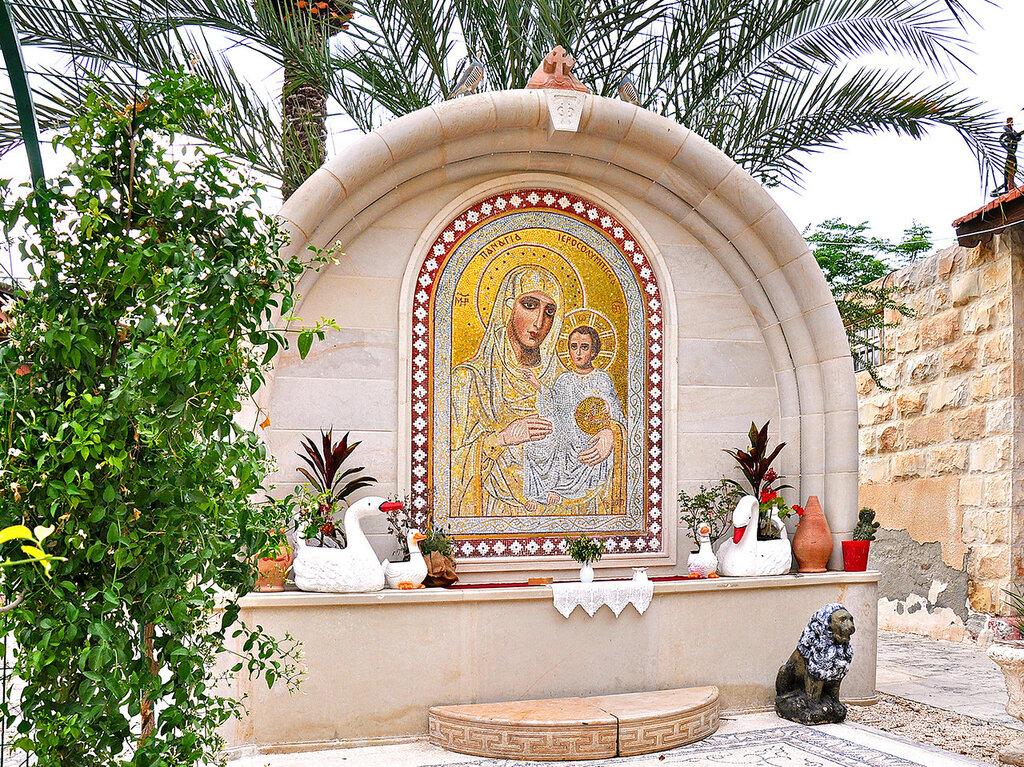 Во внешнем дворе монастыря Герасима Иорданского