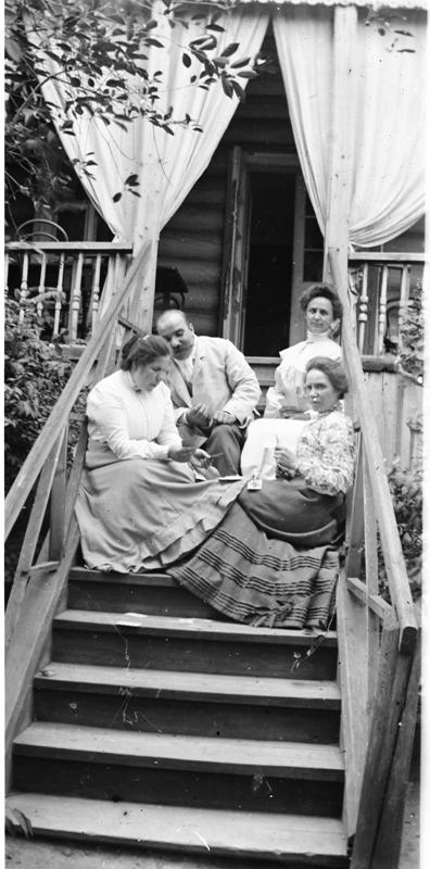7. В.В. Каз. на крыльце дома с женой (внизу справа) и сестрами (1).png