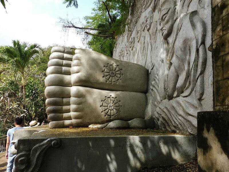 Стопы статуи лежащего Будды