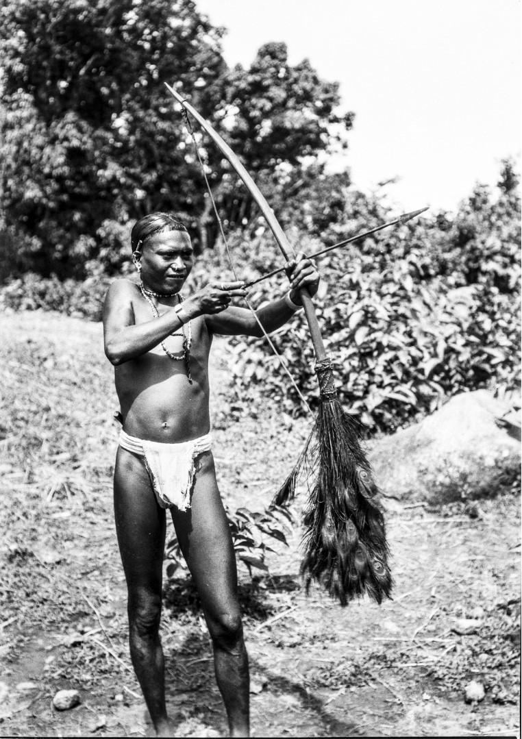 686. Орисса. Портрет мужчины народности соро с луком и стрелами