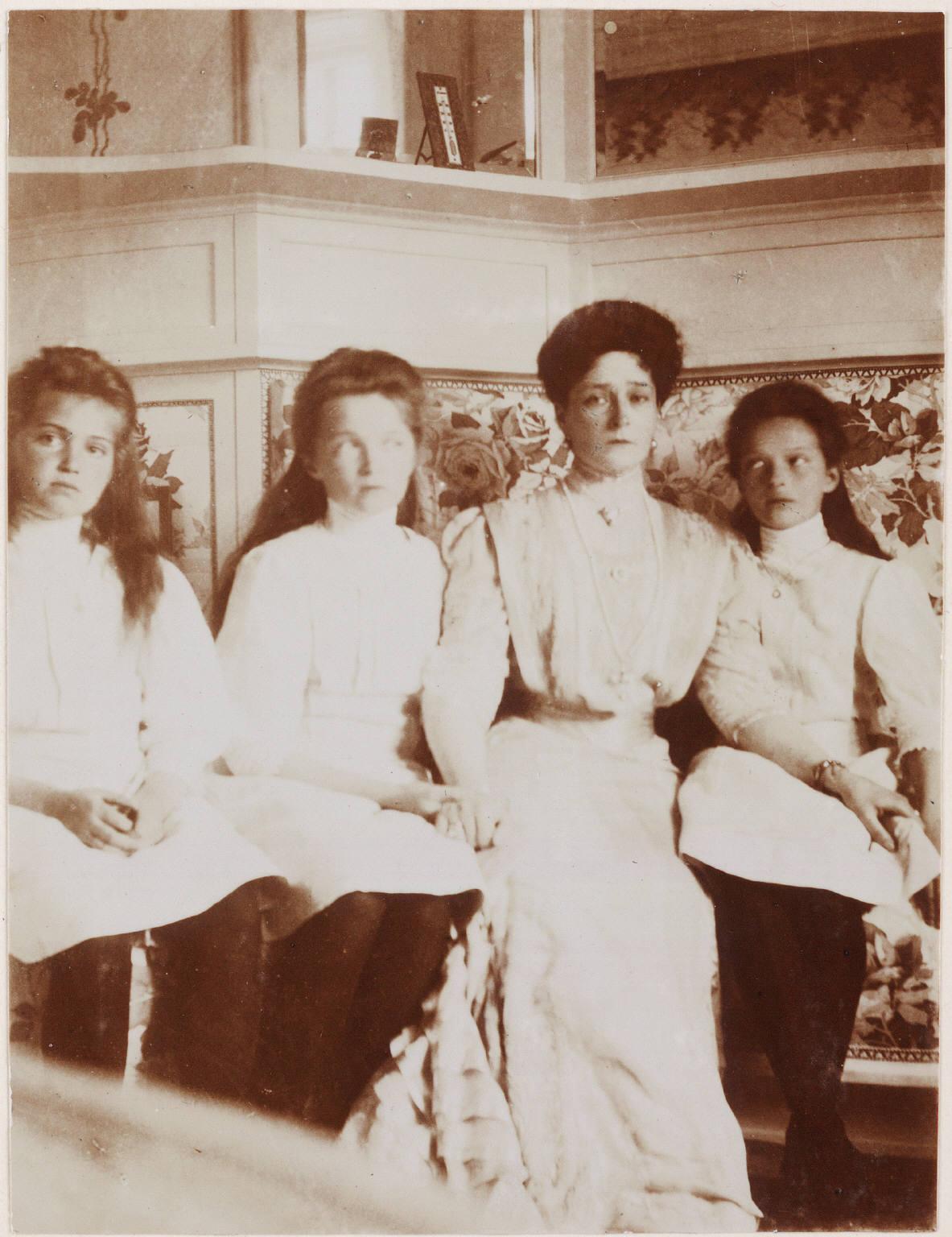 1910. Александра Фёдоровна с дочерьми на Нижней даче