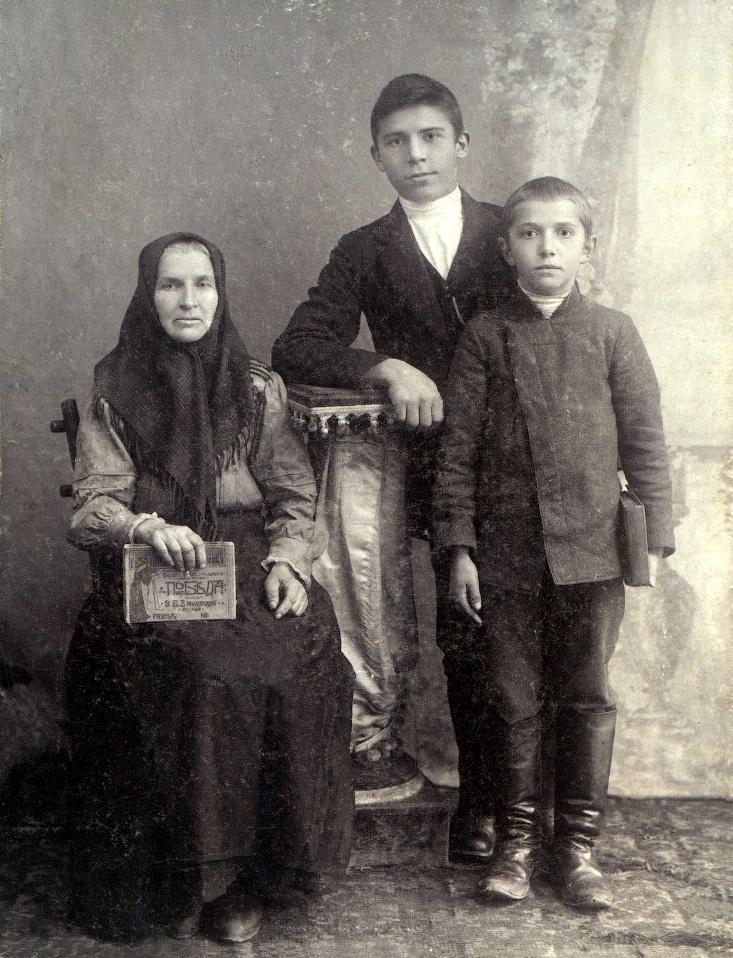 Макаров Гавриил Иванович с крестной Анной Васильевной Макаровой и младшим братом Семеном. Семейный архив.