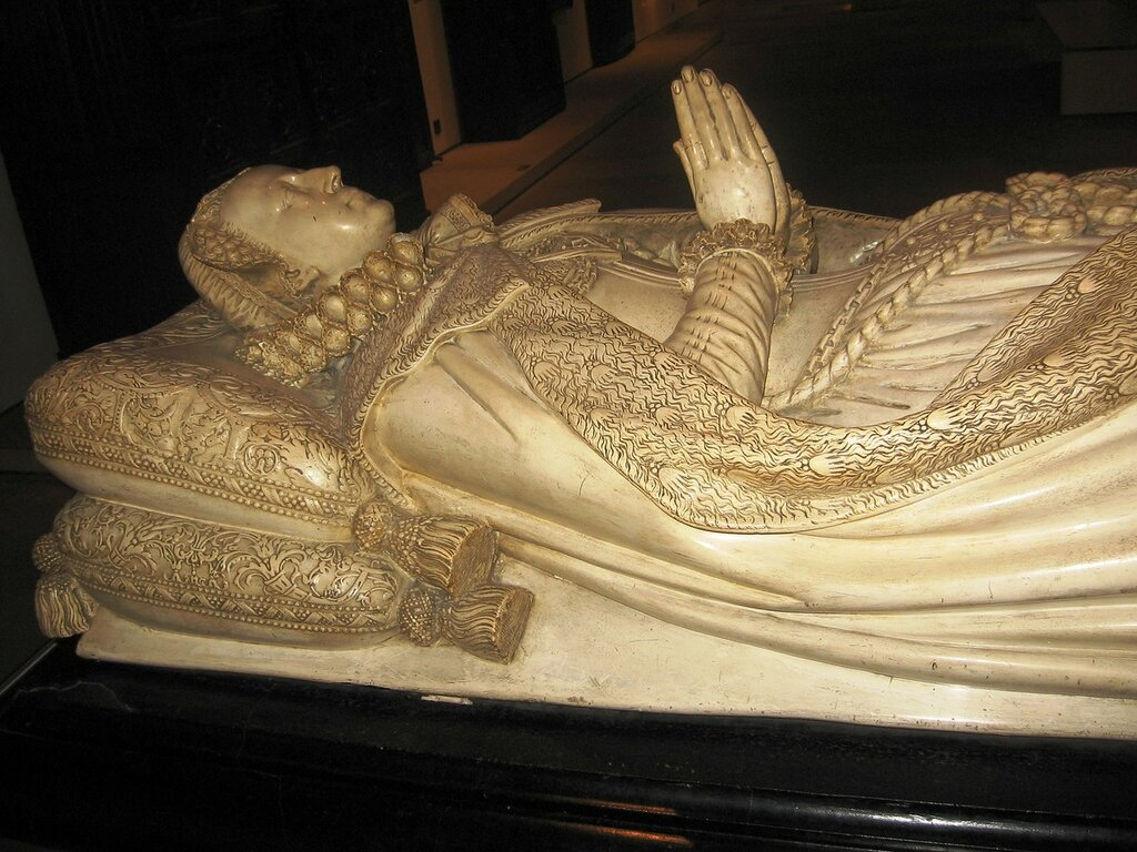 Tomb_of_Mary,_Queen_of_Scots_(replica,_Museum_of_Scotland).jpg