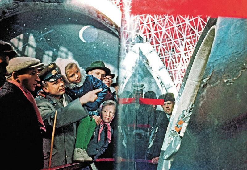 1960е Летчик-космонавт СССР Юрий Гагарин (второй слева) показывает дочке Леночке (третья слева) корабль, на котором он летал в космос, в павильоне ВДНХ Ал-р Моклецов.jpg