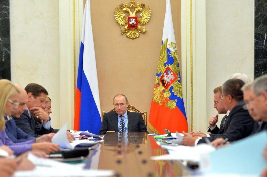 Путин на президиуме Экономического совета 25.05.16.jpg