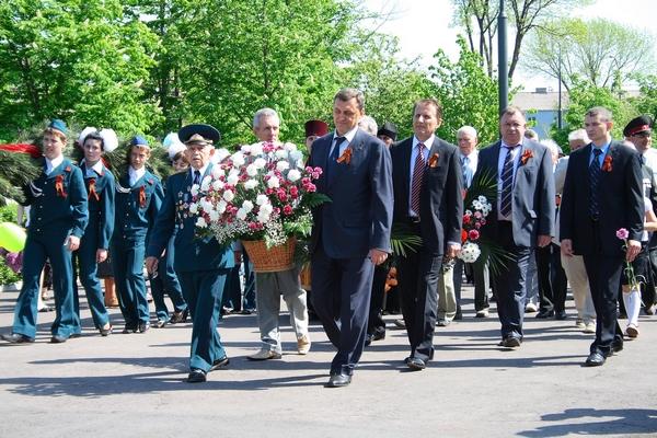9 мая 2010 год, Алчевск. Городская Громада, руководители Алчевского металлургического комбината, Коксохимического завода возложили цветы к Братской могиле