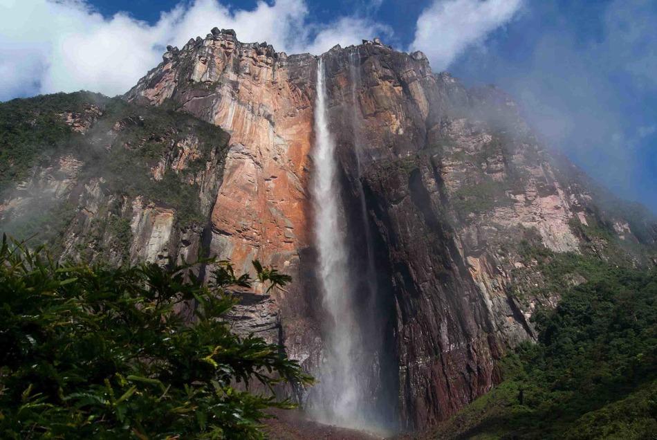 Именно в честь летчика водопад и был назван: на испанском Энджел читается как Анхель. Самолет, кстат