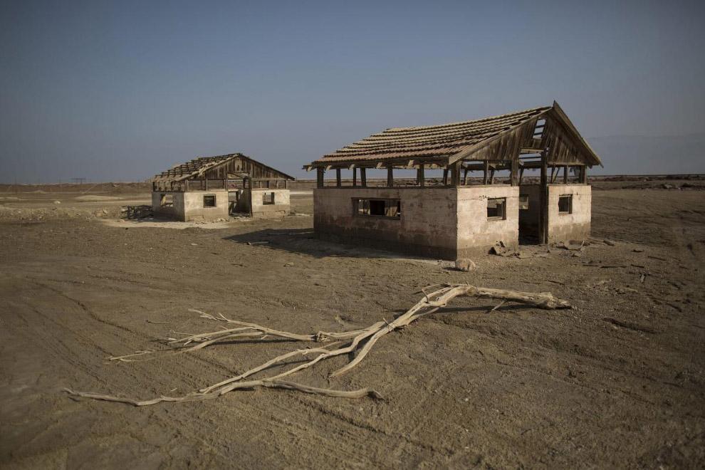 11. Бассейны для добычи соли. Мёртвое море — это один из самых солёных водоёмов на Земле. (Фото