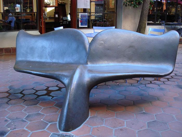 А почему бы не посидеть на хвосте у кита?