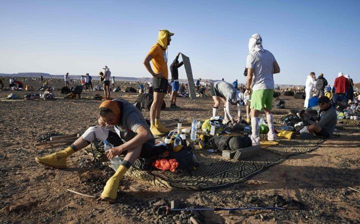 Участник марафона Marathon des Sables в пустыне Сахара в Марокко.