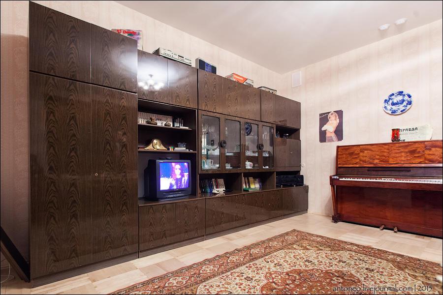 33.Типичная большая комната обычной квартиры. Продал такую стенку на Авито за 2500, почти с руками