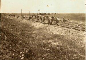 Солдаты во время укладки ширококолейного тупика.