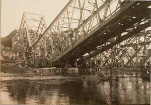 Подъем солдатами бригады разрушенной фермы моста.