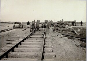 Солдаты во время укладки стрелочного перевода.