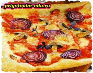 Пицца с грибами и луком