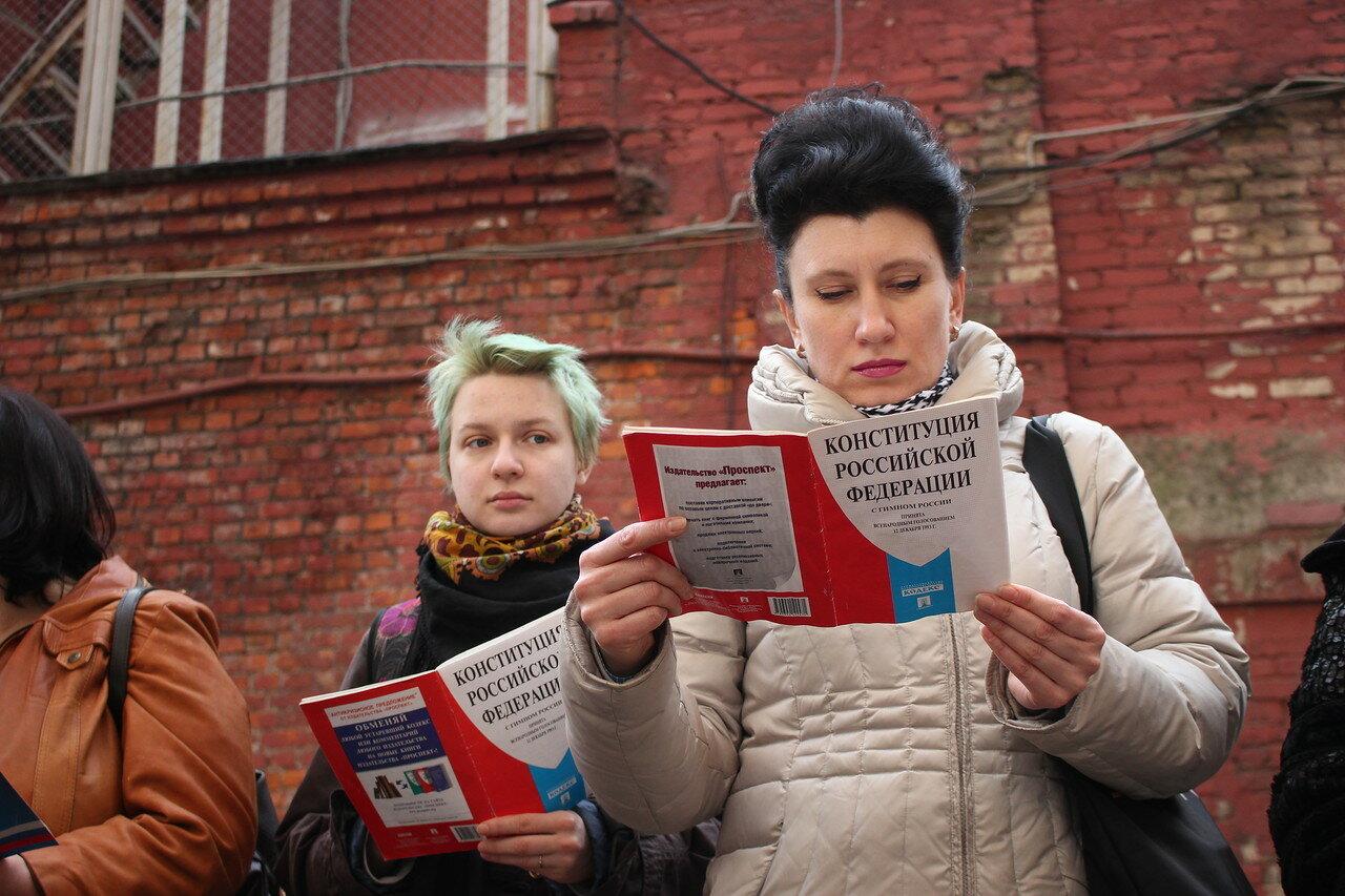 Чтение Конституции у стен Бутырки