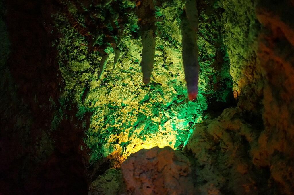 Сталактиты. Искусственная Медвежья пещера в Сафари-Парке в Геленджике