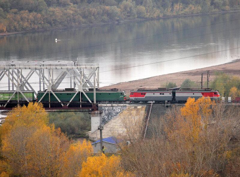 ВЛ10У-380 и ВЛ10У-187 с грузовым поездом проходят мост через реку Белая в Уфе, перегон Дёма - Уфа