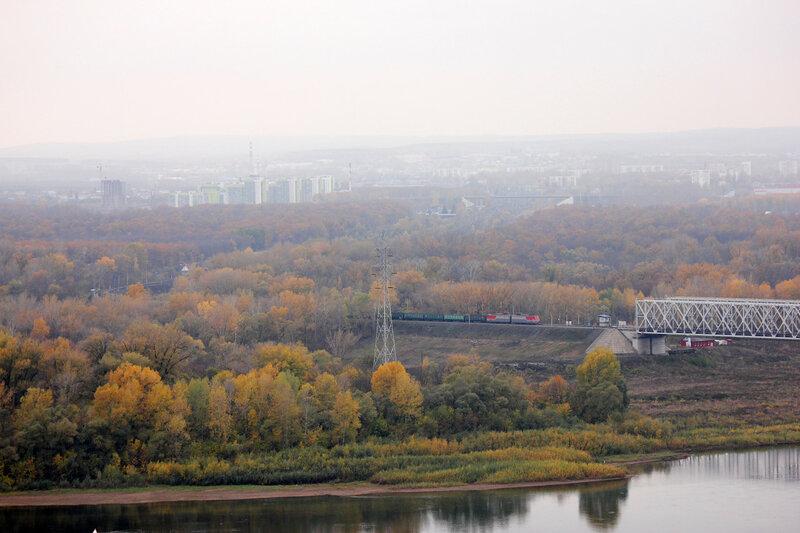 Электровоз ВЛ10У с грузовым поездом подходит к мосту через реку Белая, перегон Дёма - Уфа