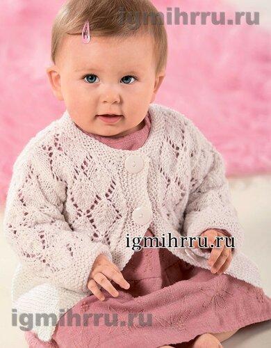 Белая кофточка с ажурным узором для малышки. Вязание спицами