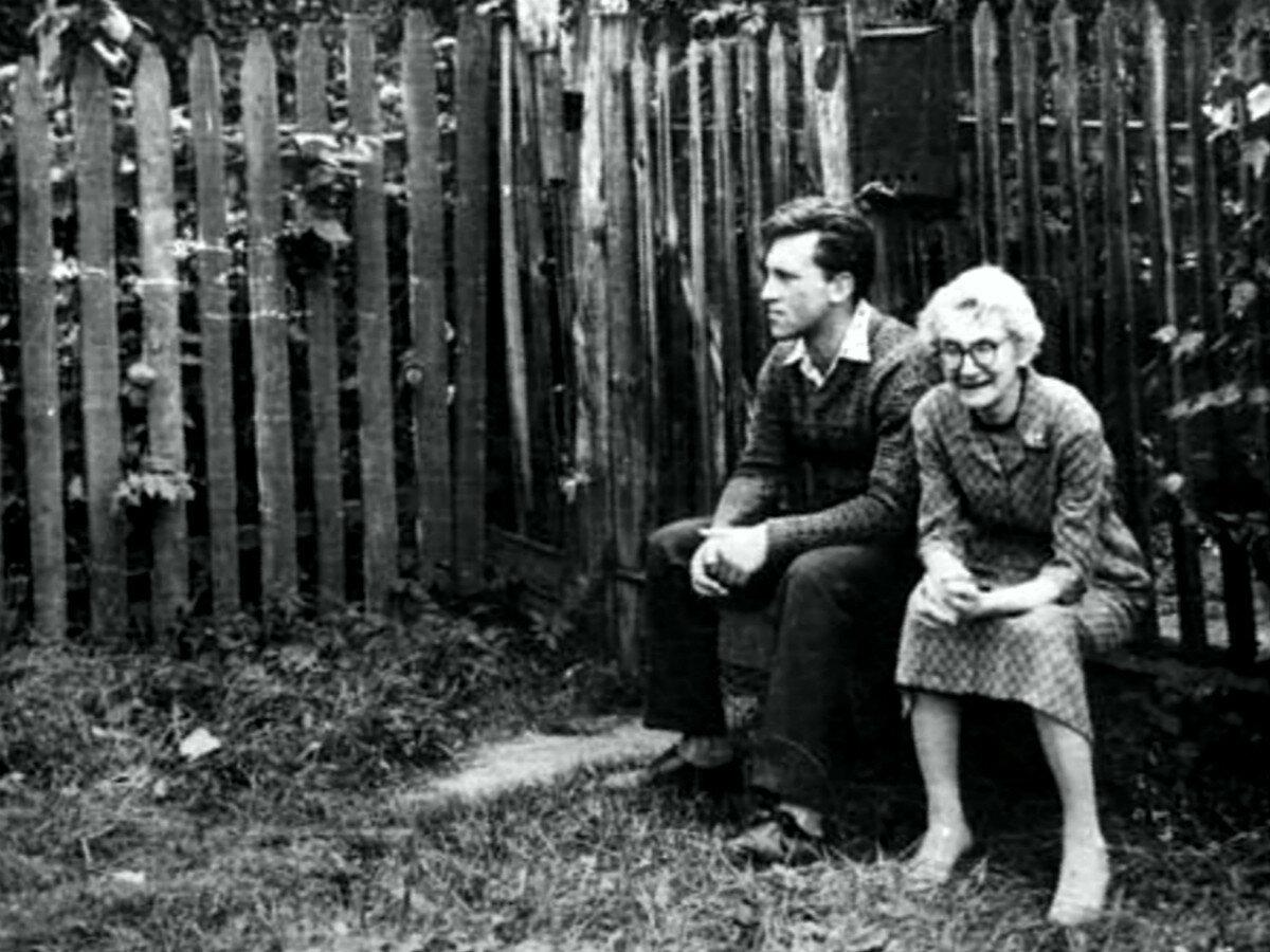 1963. Владимир Высоцкий и Евгения Евгеньевна Яшке (бабушка Людмилы Абрамовой). Июль