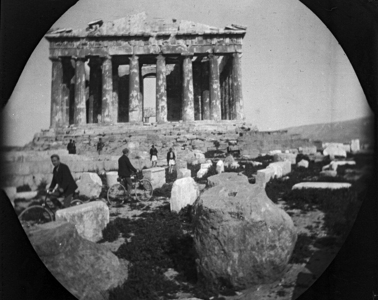 Уильям Захтлебен и Том Аллен на велосипедах и охранники греки перед Парфеноном