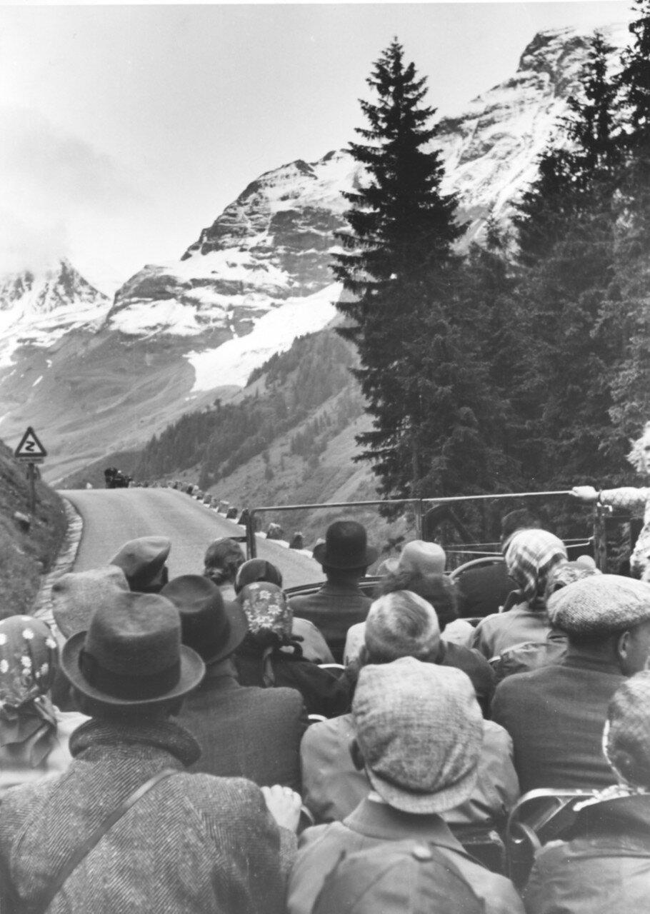 Австрийские Альпы. Туристы во время поездки в горы