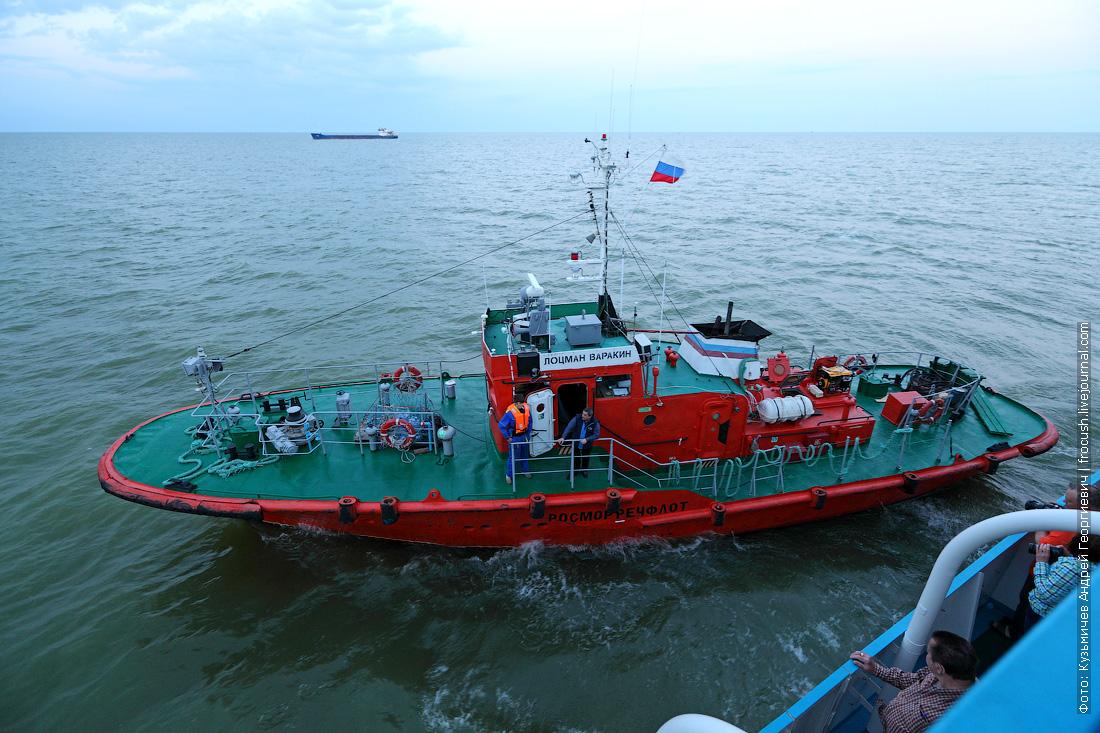 рейд перед входом в Волго-Каспийский судоходный канал лоцманский катер
