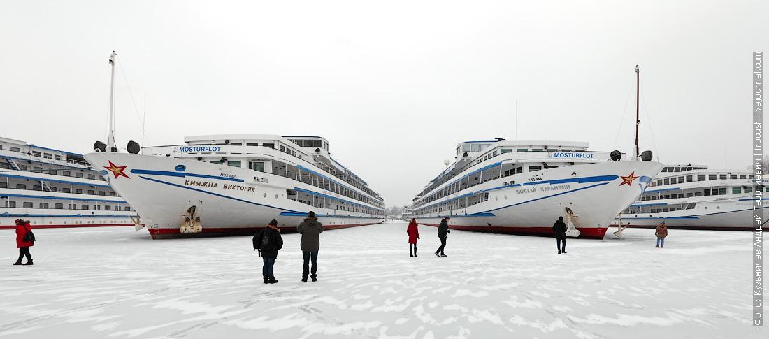 теплоход Княжна Виктория и Николай Карамзин на зимнем отстое в Хлебниково