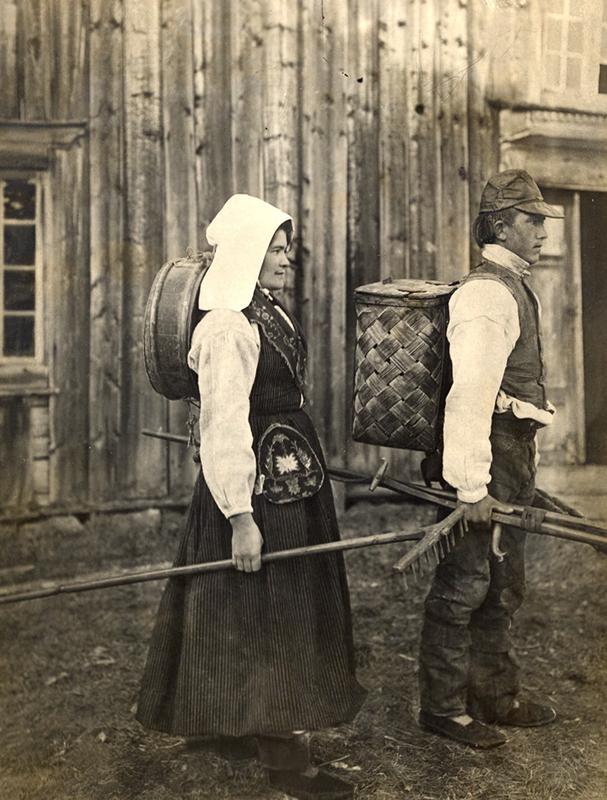 Ungt_par_på_väg_till_myrslåttern._Jämtland_-_Nordiska_Museet_-_NMA.0042706.jpg