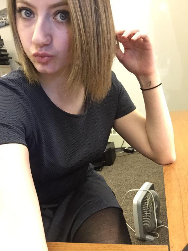 На работе девушка работа для вебкам модели на дому